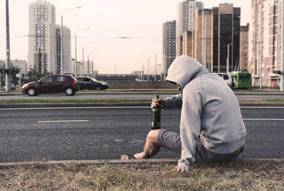 Dlaczego alkohol uzależnia – jak i kiedy zaczyna się alkoholizm?